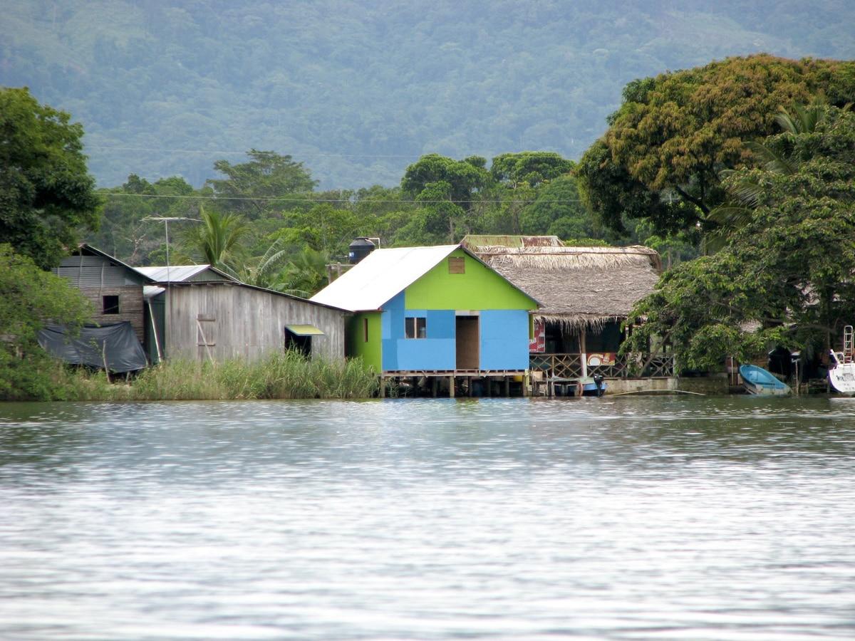 Photo d'une maison lors d'un voyage au Guatemala pour le livre Chasseurs de pierres au Guatemala