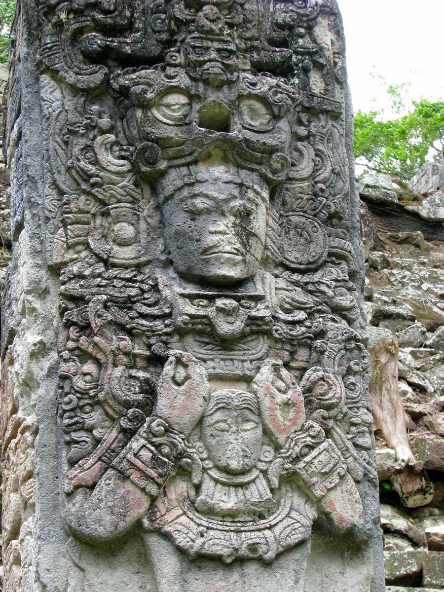 Photo d'une sculpture Maya lors d'un voyage au Guatemala pour le livre Chasseurs de pierres au Guatemala