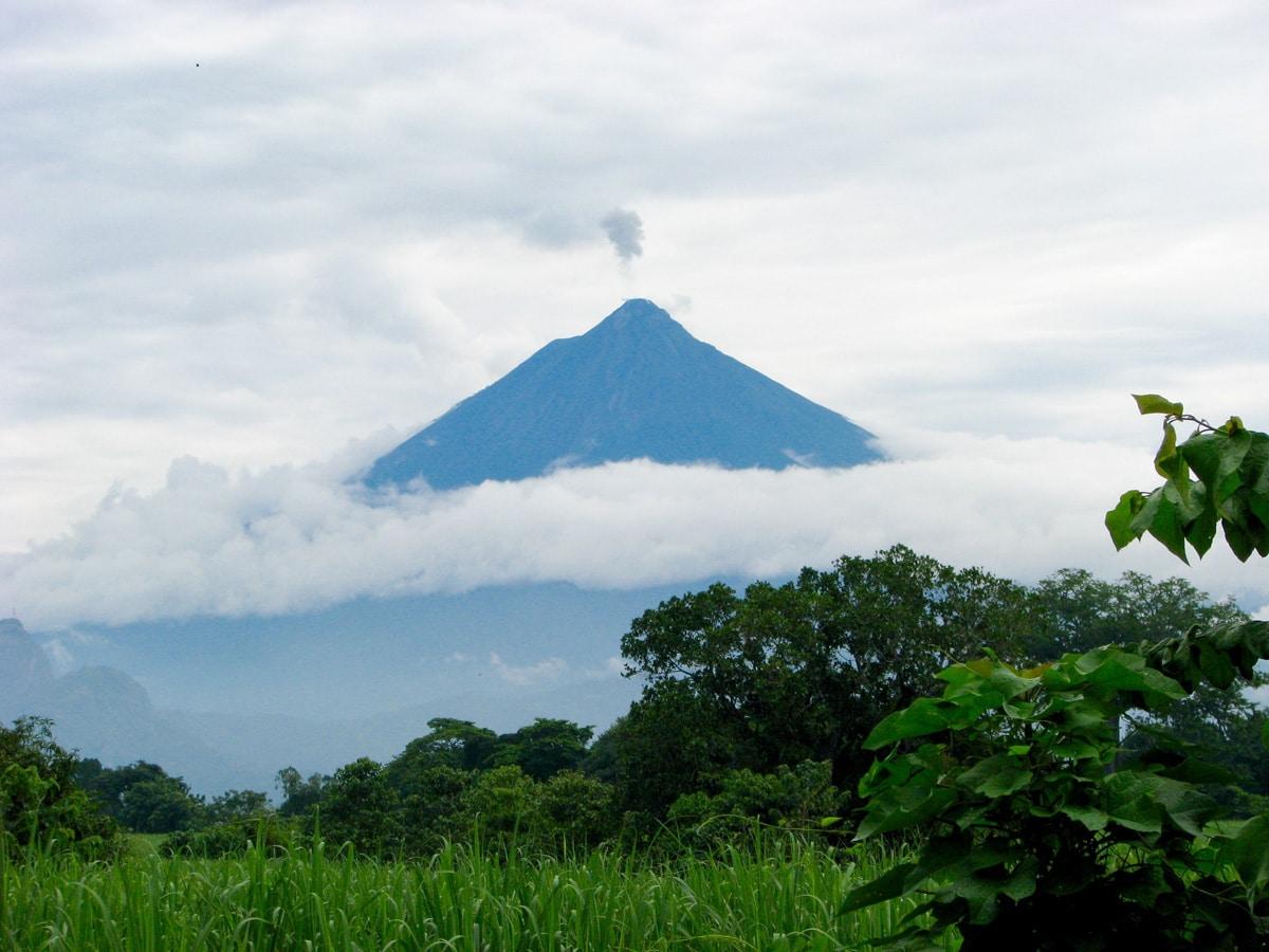 Photo d'un volcan lors d'un voyage au Guatemala pour le livre Chasseurs de pierres au Guatemala