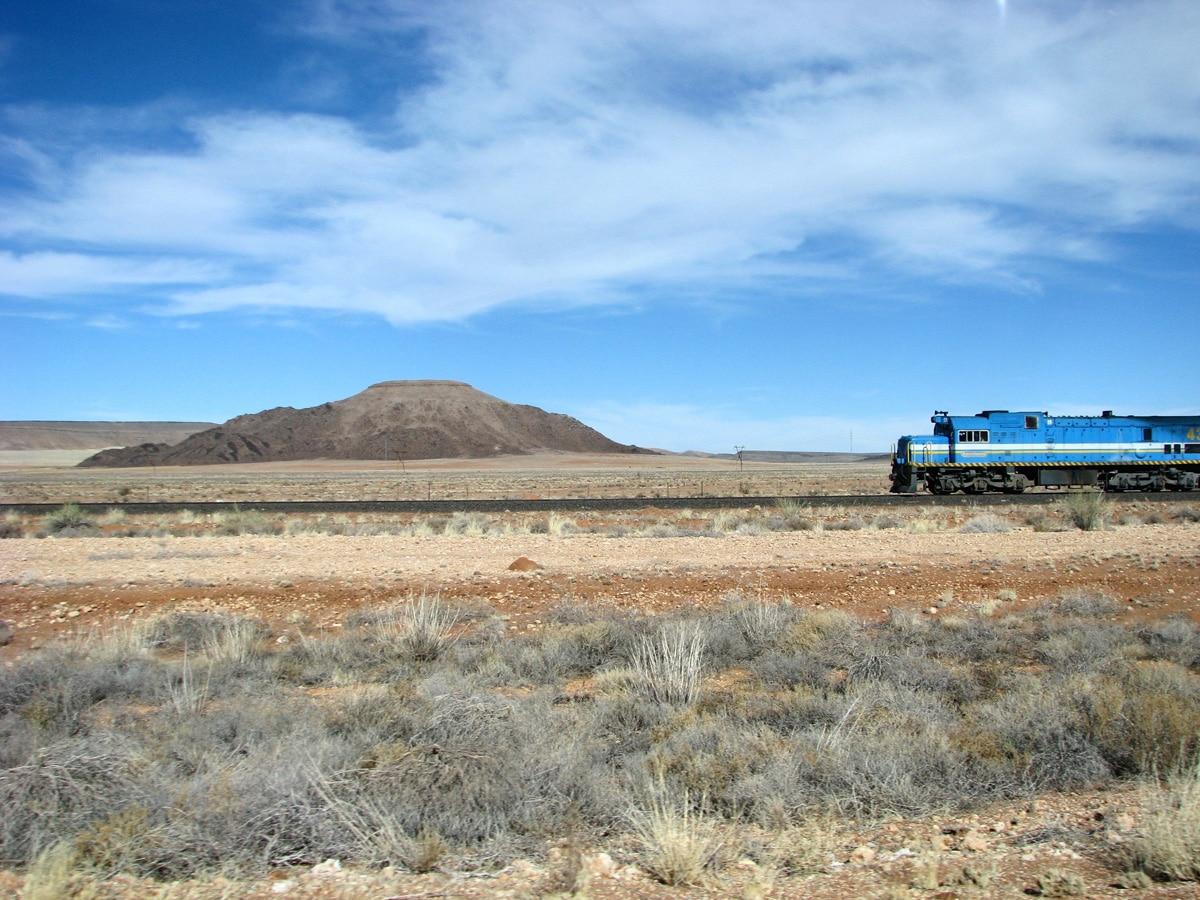 Photo d'un paysage et d'un train lors d'un voyage au Namibie pour le livre Chasseurs de pierres en Namibie