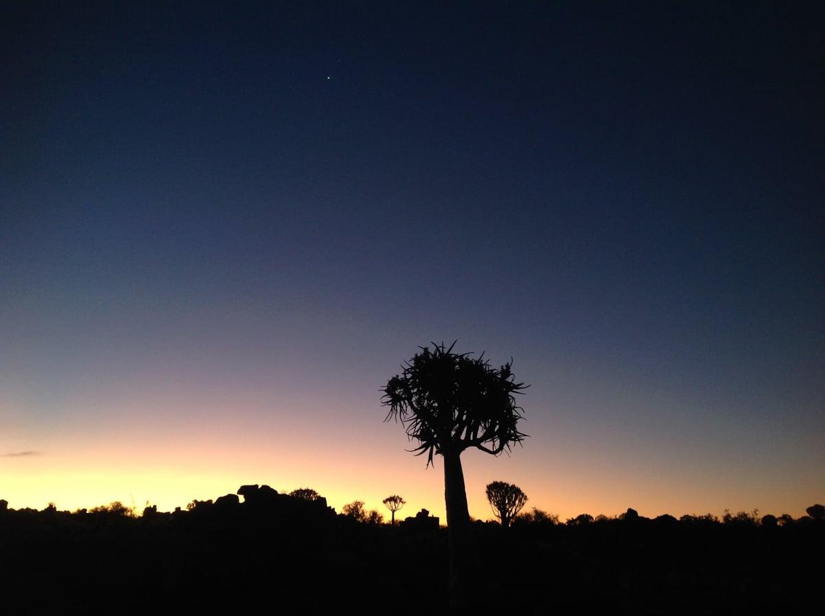 Photo d'un paysage au coucher du soleil lors d'un voyage au Namibie pour le livre Chasseurs de pierres en Namibie