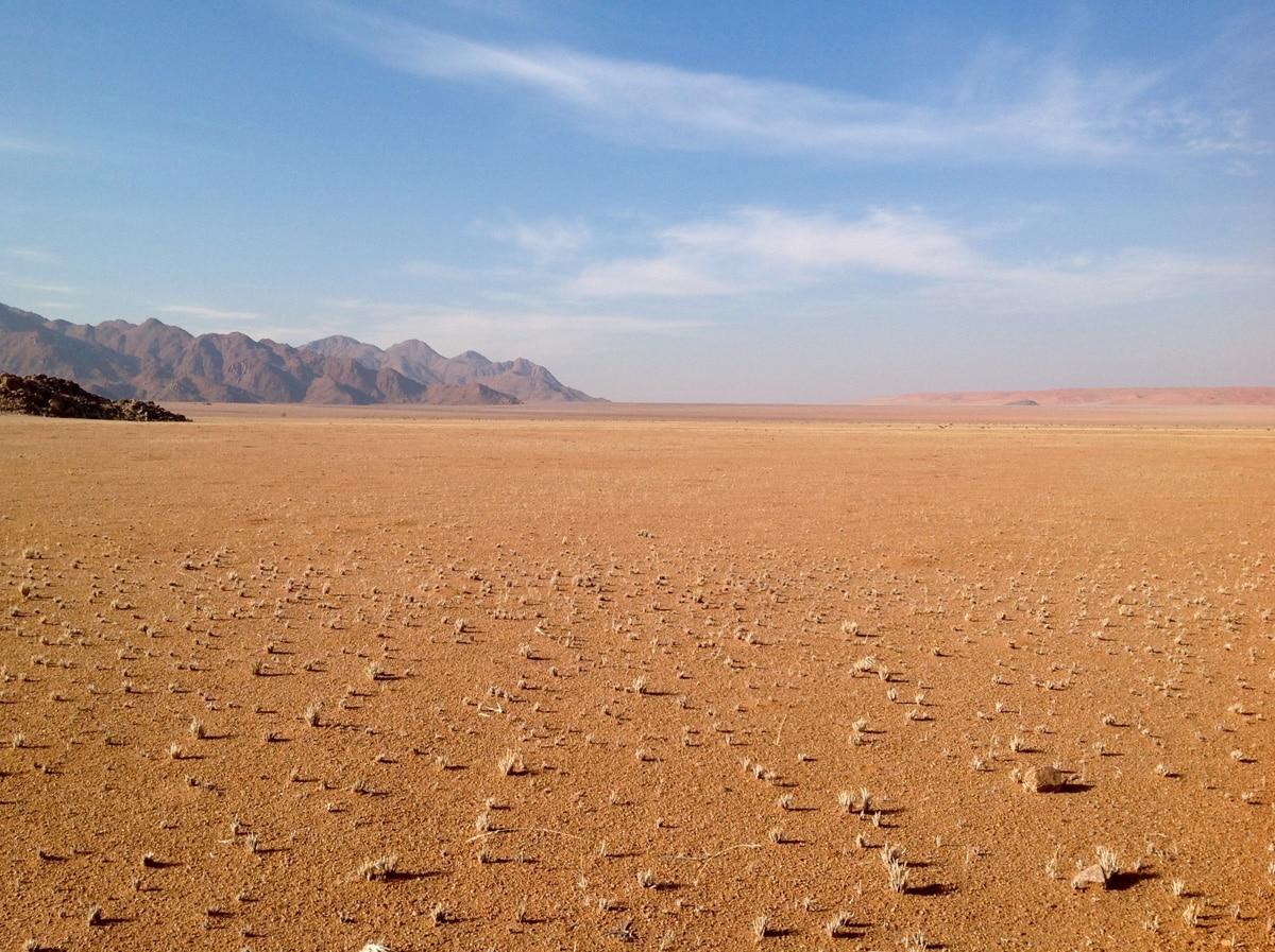 Photo d'un paysage d'un désert lors d'un voyage au Namibie pour le livre Chasseurs de pierres en Namibie