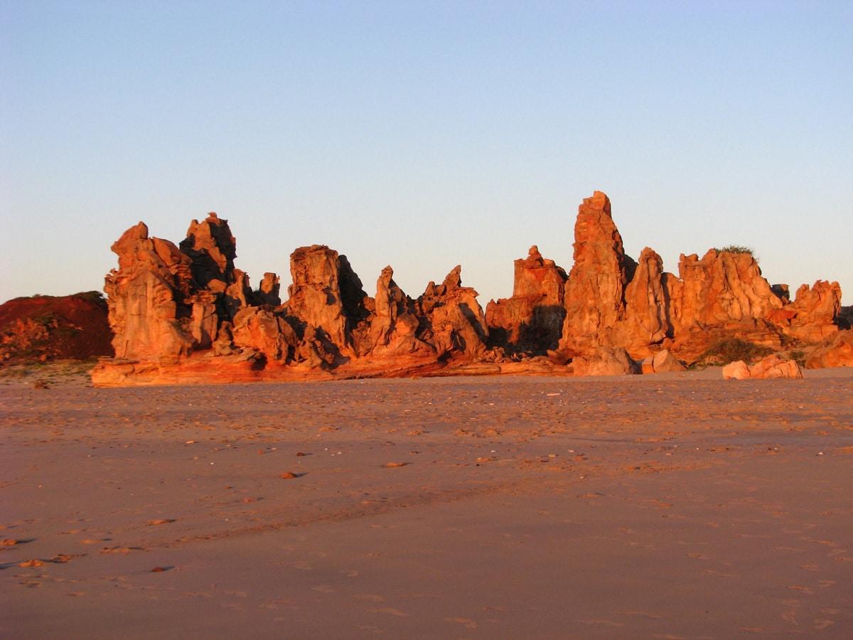Photo d'un paysage de rochers rouges lors d'un voyage en Australie pour le livre Chasseurs de pierres en Australie