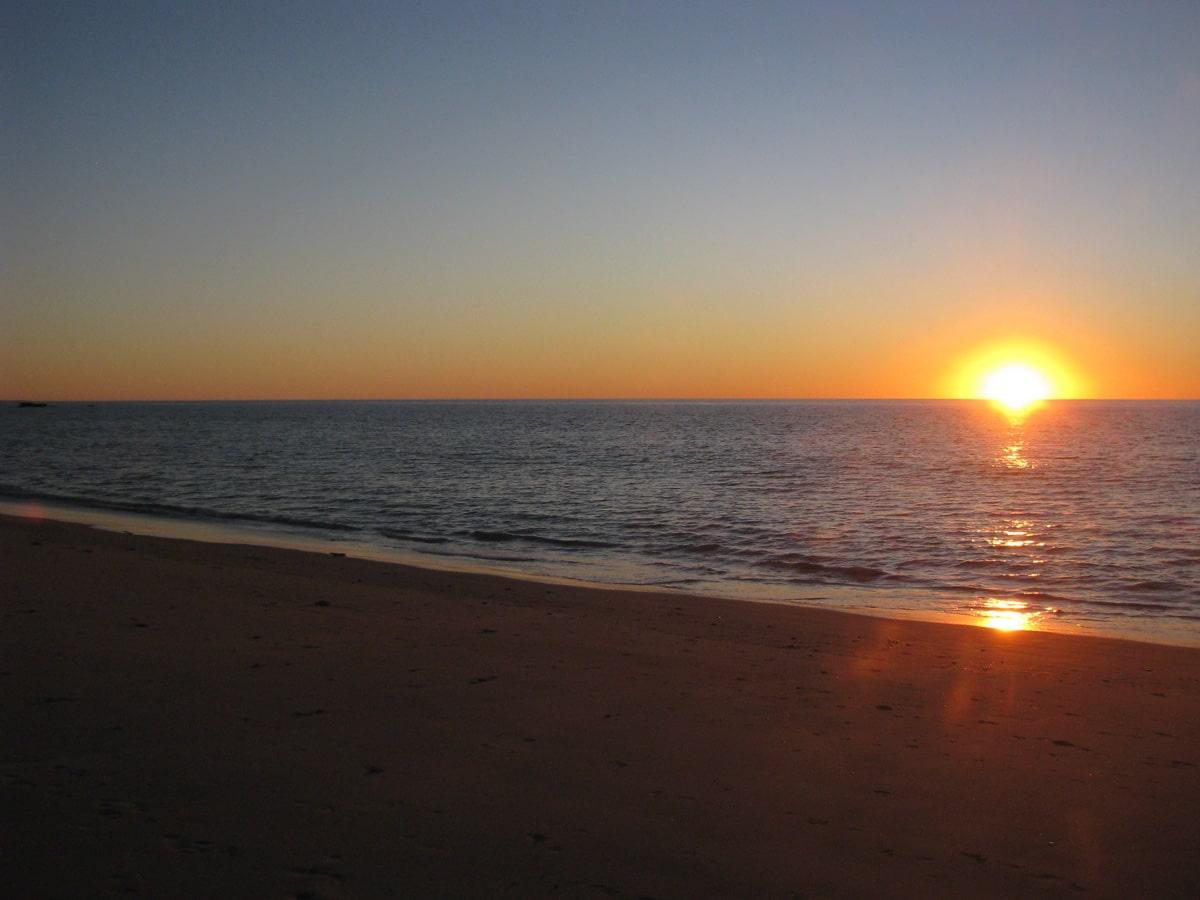 Photo d'un coucher de soleil sur la mer lors d'un voyage en Australie pour le livre Chasseurs de pierres en Australie