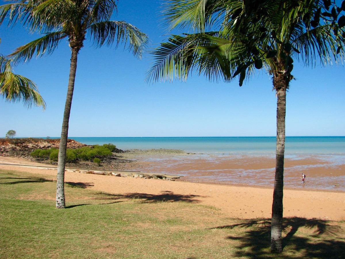 Photo d'un paysage avec des palmiers et l'océan lors d'un voyage en Australie pour le livre Chasseurs de pierres en Australie